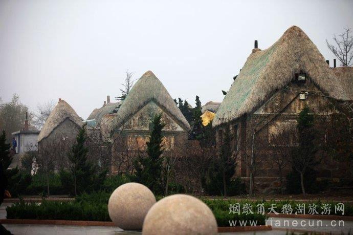 传统的海草房外墙多以大块的天然石头砌成,石材不追求整齐方正,而是